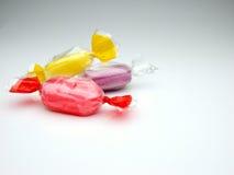 Doces coloridos no celofane Fotografia de Stock