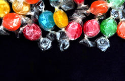 Doces coloridos no preto Fotografia de Stock