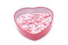 Doces cor-de-rosa do coração na caixa da forma do coração para o isolado do dia de são valentim Imagens de Stock Royalty Free