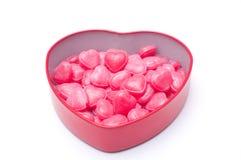 Doces cor-de-rosa do coração na caixa da forma do coração para o isolado do dia de são valentim Foto de Stock Royalty Free