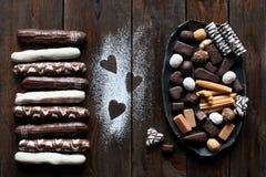 Doces de chocolate ajustados no fundo escuro Imagem de Stock