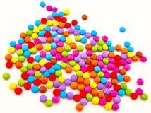 Doces de chocolate coloridos em um backgrou branco Fotos de Stock