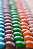Doces de chocolate coloridos, redondos Fotos de Stock Royalty Free