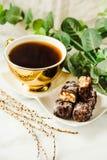 Doces de chocolate crus caseiros Barras dos risos abafados com xícara de café Imagens de Stock
