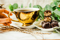 Doces de chocolate crus caseiros Barras dos risos abafados com xícara de café Foto de Stock