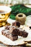 Doces de chocolate crus caseiros Barras dos risos abafados com xícara de café Fotos de Stock