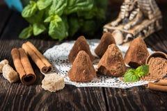 Doces de chocolate da forma da pirâmide fotos de stock