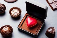 Doces de chocolate dados forma coração em uma caixa de presente Fotografia de Stock Royalty Free