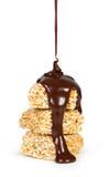 Doces de chocolate derramados em bolinhos do sésamo Imagem de Stock