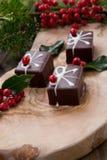 Doces de chocolate do Natal e bagas vermelhas fotos de stock royalty free