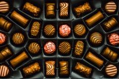 Doces de chocolate dourados na caixa imagem de stock