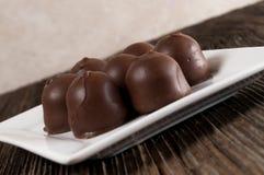 Doces de chocolate enchidos cereja, prato imagem de stock royalty free