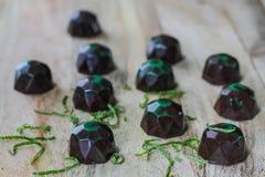 Doces de chocolate na placa foto de stock royalty free