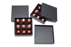 Doces de chocolate nos giftboxes isolados no fundo branco Confeitos sortidos dos chocolates em suas caixas de presente Grupo de c Imagem de Stock