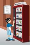 Doces de compra da criança de uma máquina de venda automática Fotografia de Stock