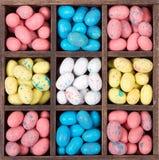 Doces de Easter em uma caixa de madeira imagem de stock