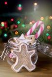 Doces de madeira Cane Vertical Festive Ton do fundo das luzes de Natal do conceito do cartão do alimento do Natal do homem de pão foto de stock royalty free