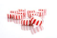 Doces de pastilha de hortelã em um fundo branco Foto de Stock Royalty Free