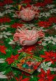 Doces de rocha e bastões de doces em umas bacias na toalha de mesa festiva Foto de Stock Royalty Free