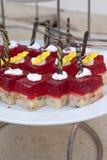 Doces deliciosos Placa de sobremesa Desertos da padaria e do restaurante Alimento doce, bufete Alimento insalubre Partes de bolo Fotografia de Stock