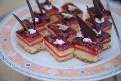 Doces deliciosos Placa de sobremesa Desertos da padaria e do restaurante Alimento doce, bufete Alimento insalubre Partes de bolo Imagem de Stock Royalty Free