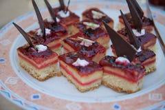Doces deliciosos Placa de sobremesa Desertos da padaria e do restaurante Alimento doce, bufete Alimento insalubre Partes de bolo Fotos de Stock Royalty Free