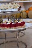 Doces deliciosos Placa de sobremesa Desertos da padaria e do restaurante Alimento doce, bufete Alimento insalubre Partes de bolo Imagem de Stock