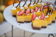 Doces deliciosos Placa de sobremesa Desertos da padaria e do restaurante Alimento doce, bufete Alimento insalubre Partes de bolo Imagens de Stock