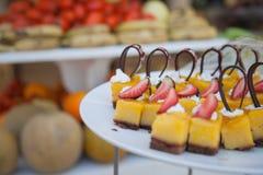 Doces deliciosos Placa de sobremesa Desertos da padaria e do restaurante Alimento doce, bufete Alimento insalubre Partes de bolo Foto de Stock