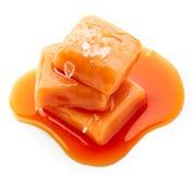 Doces derretidos do caramelo com sal do mar Imagens de Stock
