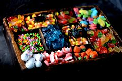 Doces diferentes - rãs, ursos, sem-fins, abóboras, olhos, sementes no esmalte, maxilas, abóboras para Dia das Bruxas Foto de Stock