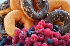 Doces do alimento das bagas do fruto dos produtos da padaria das framboesas dos anéis de espuma Imagem de Stock Royalty Free