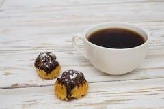 Doces do chocolate e uma xícara de café Fotografia de Stock Royalty Free