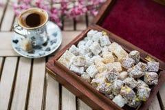 Doces do loukoum feitos no estilo tradicional com café Fotos de Stock