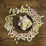 Doces do marshmallow colocados em uma cesta em torno dos outros doces Dia do ` s do Valentim e conceito do amor no fundo de madei Fotos de Stock Royalty Free
