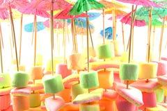 Doces do Marshmallow na vara com guarda-chuva Fotografia de Stock Royalty Free