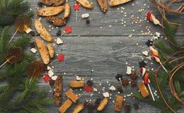 Doces do Natal e fundo dos ramos de pinheiro, modelo Fotos de Stock