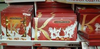 Doces do papel de embrulho do Natal no supermercado fotos de stock