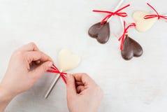 Doces dos corações do chocolate na tabela branca Imagens de Stock