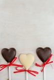 Doces dos corações do chocolate na tabela branca Imagem de Stock Royalty Free