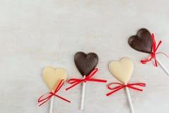 Doces dos corações do chocolate na tabela branca Foto de Stock Royalty Free