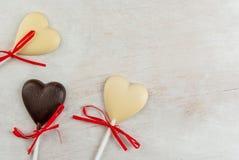 Doces dos corações do chocolate na tabela branca Fotografia de Stock