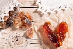 Doces e açúcar da rocha no fundo de madeira Fotos de Stock Royalty Free