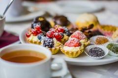 Doces e chá por ZVEREVA Fotografia de Stock