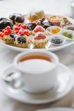 Doces e chá por ZVEREVA Fotografia de Stock Royalty Free