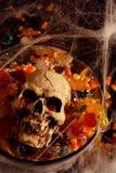 Doces e crânio de Halloween Fotografia de Stock