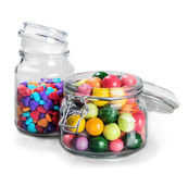 Doces e goma diferentes da cor nos frascos de vidro Imagens de Stock