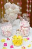 Doces e marshmallow amarelos do fruto nos frascos de vidro Fotos de Stock