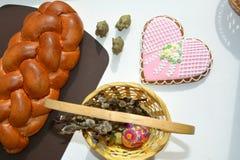 Doces e ovo do alimento da Páscoa na cesta Fotografia de Stock