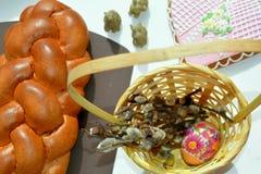 Doces e ovo do alimento da Páscoa na cesta Imagem de Stock